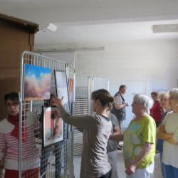 Installation des oeuvres de l'atelier pastel de Claudie et Claude Vallepin