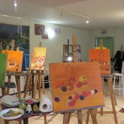 """A mi-parcours du cours """"harmonie des couleurs sur une nature morte""""."""